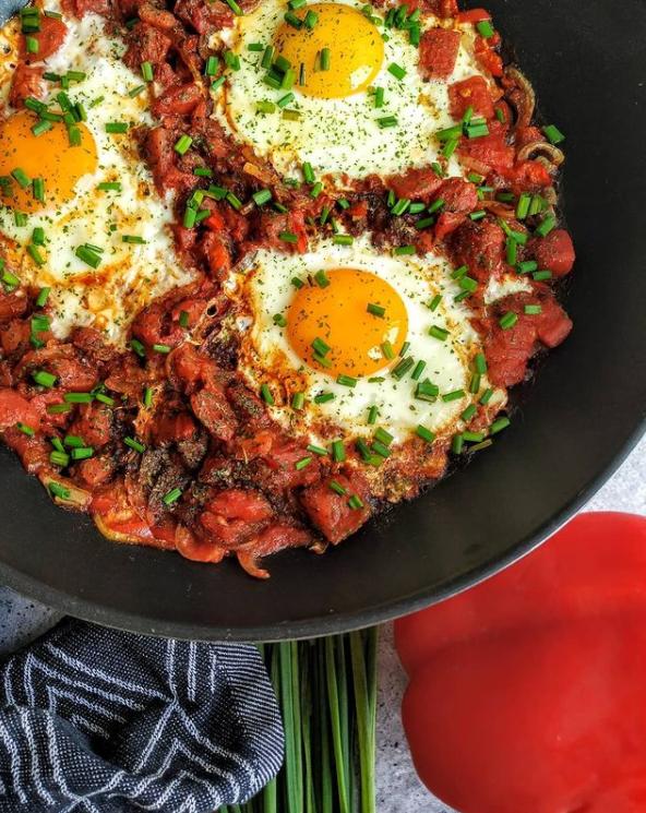 szakszuka, szakszuka proste i zdrowe śniadanie, zdrowe śniadanie, śniadania przepisy, śniadanie z jajkami, jajecznica z pomidorami, jajecznica